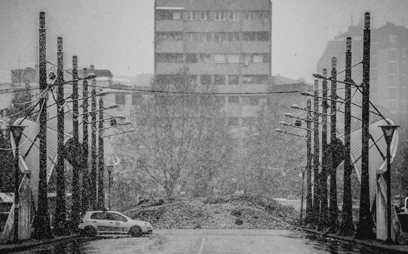 first_snow_on_the_main_bridge_in_mitrovica